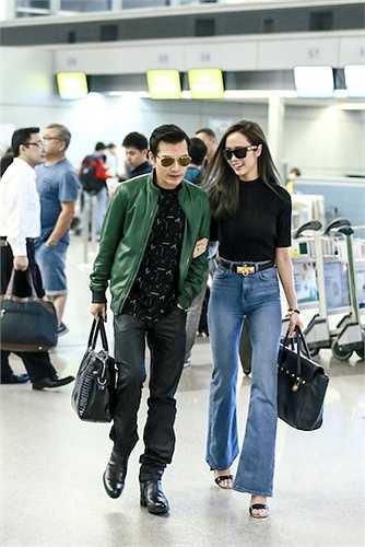 Họ khoác tay nhau đi giữa sân bay như một cặp tình nhân thực sự.