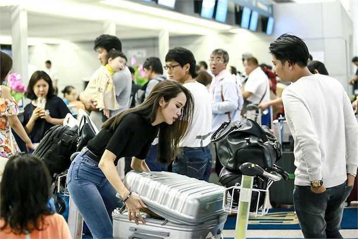 Sự hi sinh vào những phân đoạn cực kì vất vả trong suốt quá trình quay bộ phim của Vũ Ngọc Anh cũng khiến nhiều người ngưỡng mộ sự cầu tiến, chăm chỉ làm việc của người đẹp này.