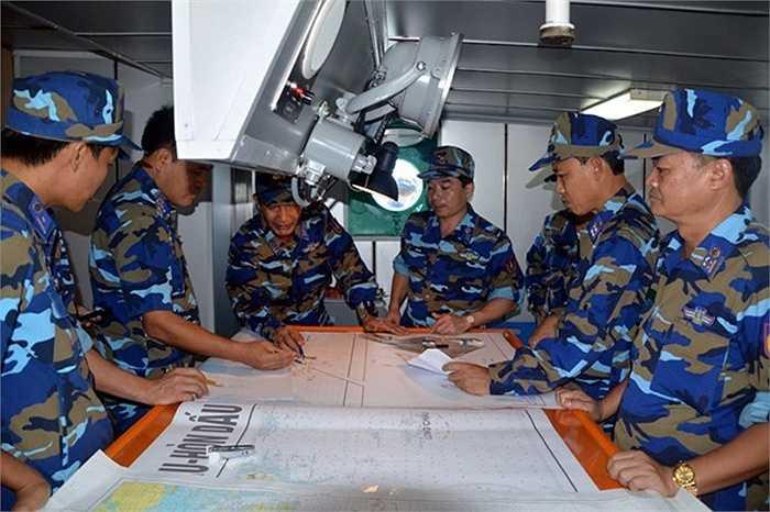 Chỉ huy diễn tập tác nghiệp trên hải đồ