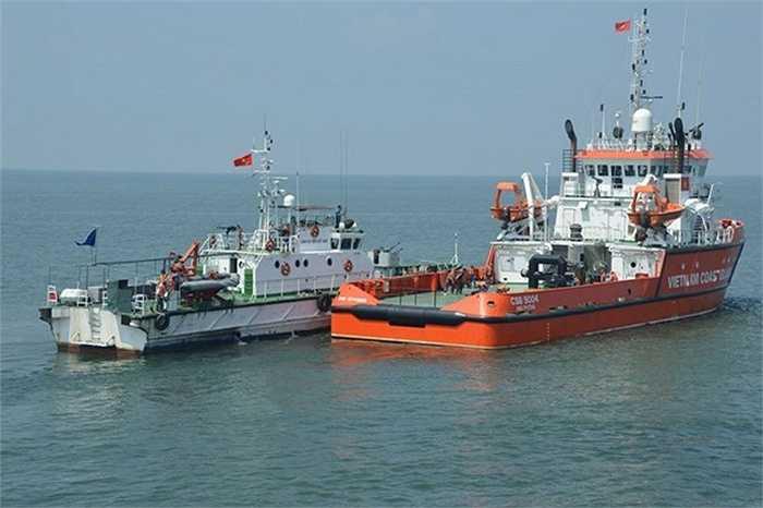 Tàu Cảnh sát biển 3003 tiến hành tiếp cận tàu mua bán dầu trái phép