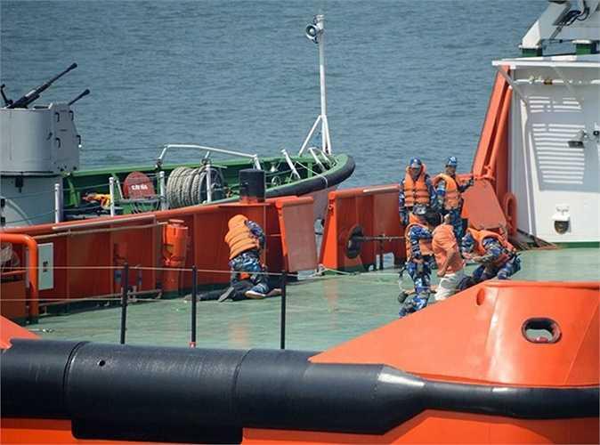 Các đối tượng trên tàu dầu chống trả quyết liệt lực lượng chức năng thực thi nhiệm vụ