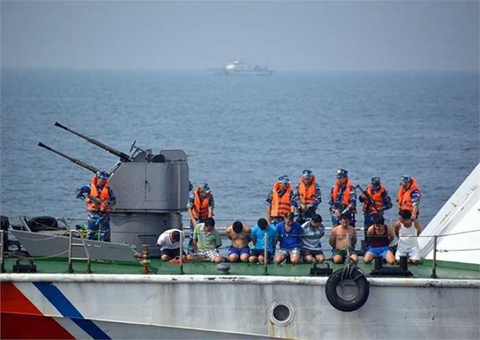 Toàn bộ những tên cướp biển trên tàu Hamoon bị dẫn giải ra ngoài mặt boong