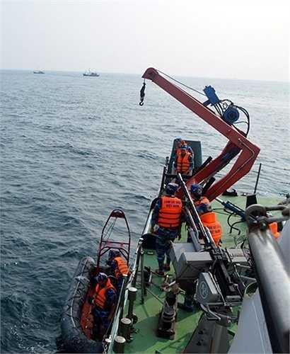 Hạ xuồng để tiếp cận tàu cướp biển