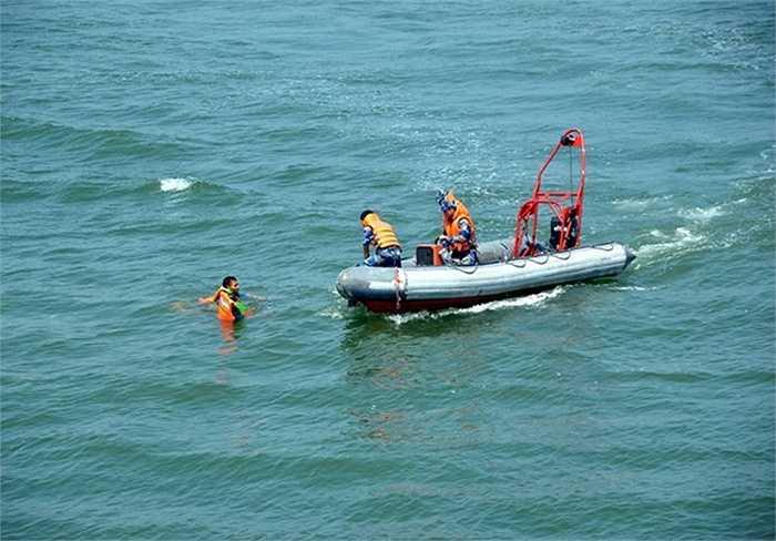 Sau khi yêu cầu những tên cướp biển nhảy xuống biển, lực lượng Cảnh sát biển VN tiến hành vớt cướp biển lên xuồng cao tốc để đưa về tàu
