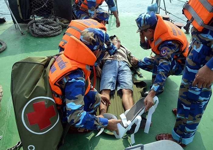 Tổ quân ý tiến hành sơ cứu một tên cướp biển bị thương