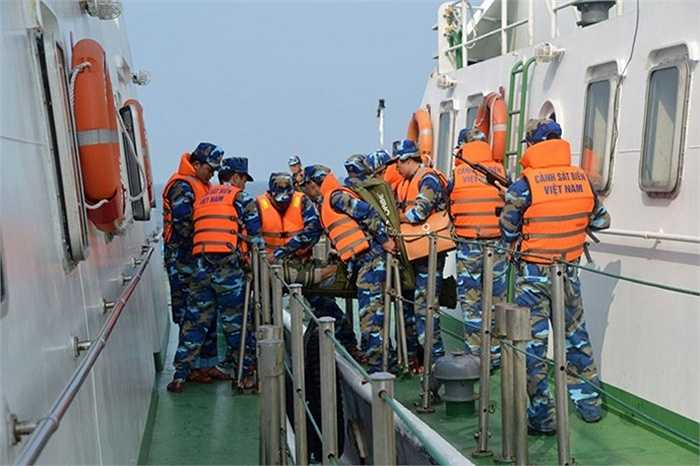 Chuyển tên cướp biển bị thương sang tàu Cảnh sát biển 2006