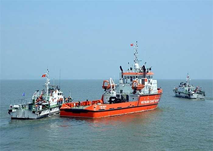 Mặc dù tàu buôn bán dầu trái phép tăng tốc bỏ chạy nhưng biên đội tàu CSB 3003, Cảnh sát biển 004 đã kịp thời truy đuổi, áp sát tàu vi phạm