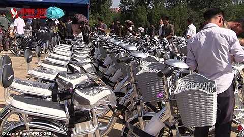 Xe đạp điện cũng thu hút nhiều người xem và mua.