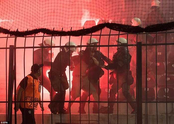Trận hòa thứ 3 liên tiếp của Borussia Dortmund có vẻ như đã khiến CĐV đội bóng này nổi giận. Họ va chạm với lực lượng an ninh Hy Lạp ngay trên sân
