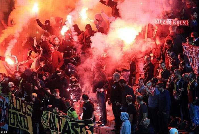 CĐV Dortmund liên tục ném pháo sáng về phía cảnh sát và la hét liên tục khiến các khán đài sân vận động của PAOK nhốn nháo