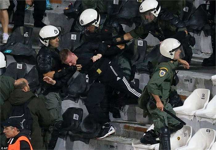 Hành động không đẹp này khiến lực lượng cảnh sát phải rất vất vả mới chế ngự được những CĐV quá khích
