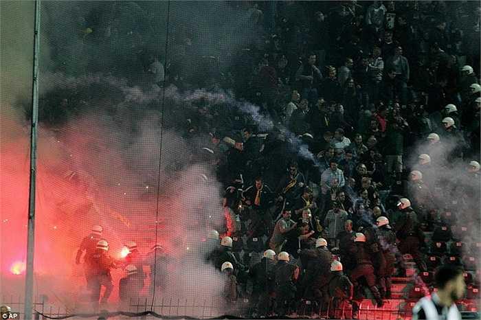 Trước đó, ngay từ đầu hiệp 2, trận đấu đã bị gián đoạn trong vài phút khi CĐV Dortmund liên tục ném pháo sáng về phía CĐV chủ nhà