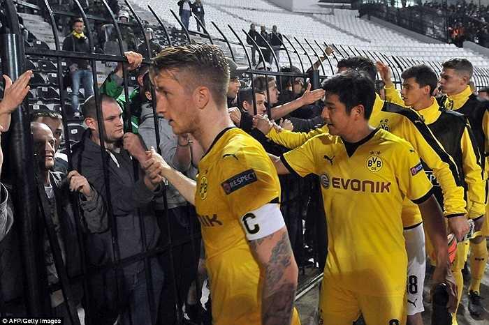Ngay sau trận đấu, các cầu thủ Borussia Dortmund đã tới bắt tay khán giả như một lời xin lỗi