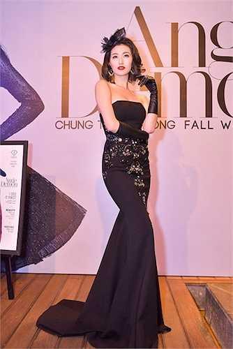 Trong khi Việt Trinh diện đầm trắng xuyên thấu, Khánh My diện bộ váy ôm đuôi cá màu đen theo phong cách cổ điển tạo nên sự đối lập.