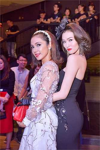 Việt Trinh và Khánh My bị cho là không có mối quan hệ tốt đẹp, vì thế, đạo diễn Việt Trinh đã dìm hàng Khánh My bằng cách cắt bớt cảnh nóng của cô.