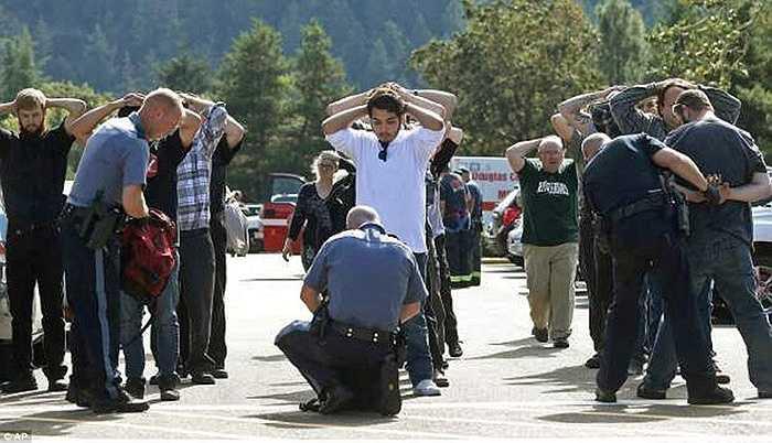 Cảnh sát kiểm tra các sinh viên trước khi rời trường