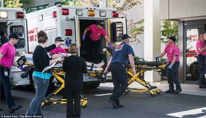 Nhân viên y tế làm việc khẩn trương