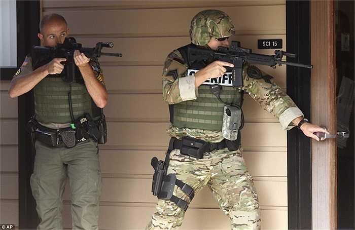 Cảnh sát kiểm tra hiện trường