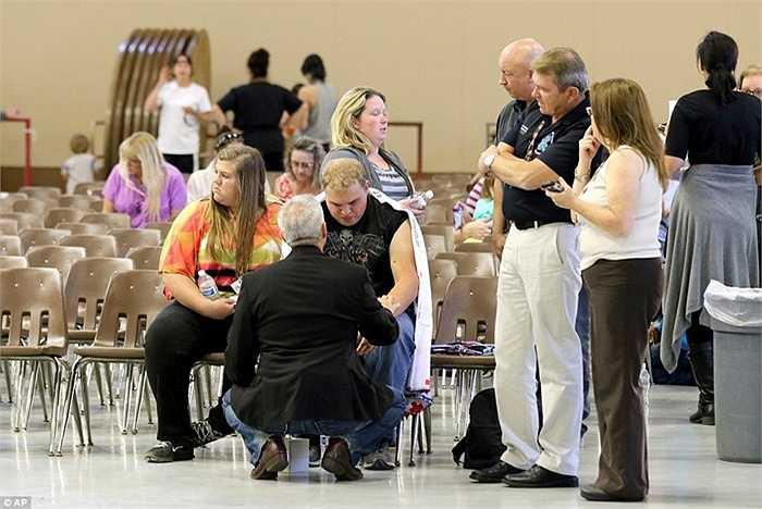 Các nạn nhân được chăm sóc sau vụ xả súng