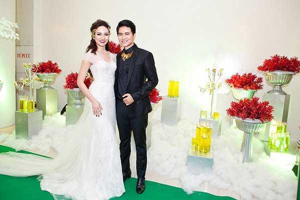 Ngọc Diễm diện chiếc đầm cô dâu trắng đuôi dài gợi cảm trong khi đó Vũ Mạnh Cường thanh lịch với vest đen.