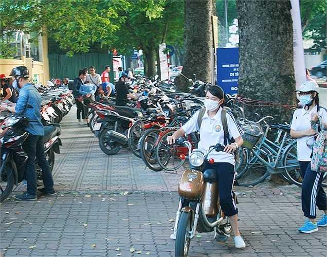 Tiếp nhận và khắc phục vấn đề gửi xe từ Hội sách 2014, năm nay ban tổ chức Hội sách 2015 đã bố trí tăng cường khu vực gửi xe trên vỉa hè bên ngoài Hoàng thành Thăng Long với giá vé 5000 đồng cho xe máy và 2000 đồng cho xe đạp.