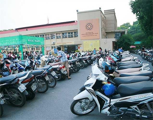 Khu vực gửi xe phía trong Hoàng thành Thăng Long cũng hoạt động hết công suất trong ba ngày đầu diễn ra hội sách.