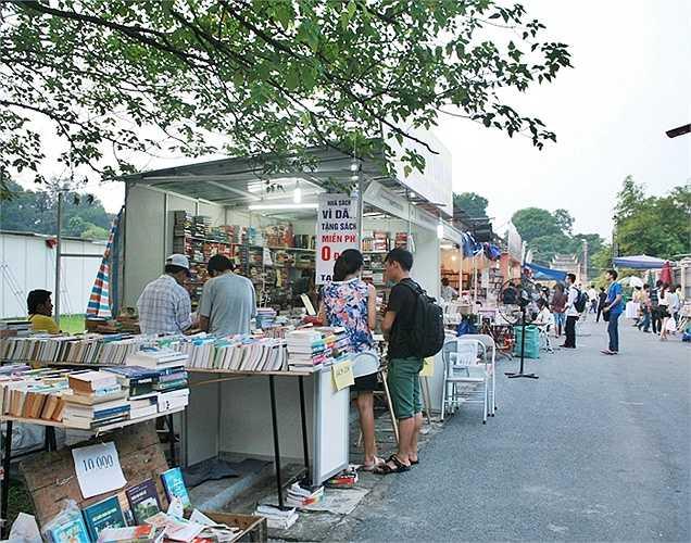 Khu vực sách cũ cũng được các bạn trẻ quan tâm với nhiều cuốn sách có giá trị.