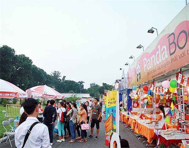 Bên cạnh hoạt động trưng bày và bán sách, những hoạt động vui chơi trải trí cũng thu hút các bạn trẻ tham gia.