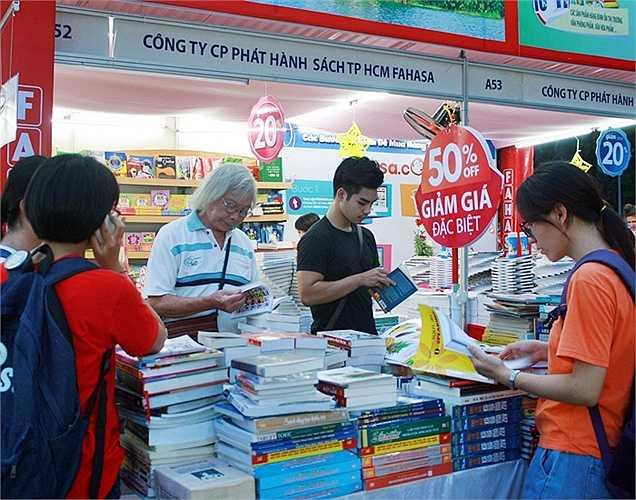 Hội sách 2015 thu hút độc giả mọi lứa tuổi. Nhà xuất bản Hà Nội cho biết đã thu về 10 triệu đồng cho 20 đầu sách chỉ trong hai ngày đầu hội sách. (Bài và ảnh: Vũ Khanh)