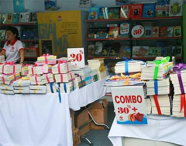 Các cuốn sách được bán theo nhóm được các bạn trẻ ưa chuộng năm nay.