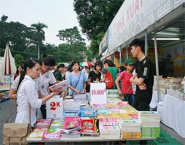 Rất nhiều loại sách được giảm giá từ 30-70%.