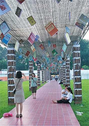 'Con đường sách' được trang trí ấn tượng và thu hút giới trẻ.