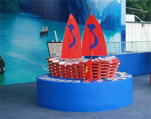 Các cuốn sách trong khu trưng bày theo chủ đề Biển đảo được dàn dựng công phu với hình tượng con thuyền Việt Nam.