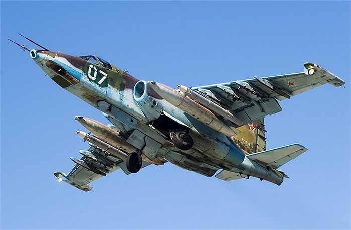 Tốc độ tối đa của Su-25 là 950 km/h