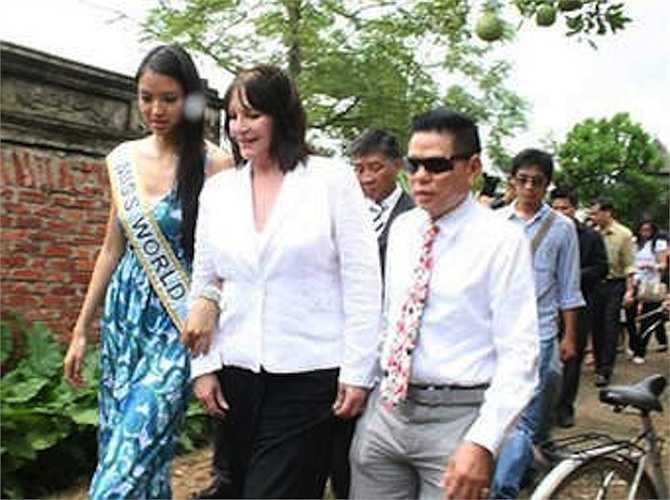 Ông Hoàng Kiều tháp tùng chủ tịch tổ chức Hoa hậu Thế giới (HHTG) và HHTG 2007 Trương Tử Lâm trong chuyến thăm Việt Nam.