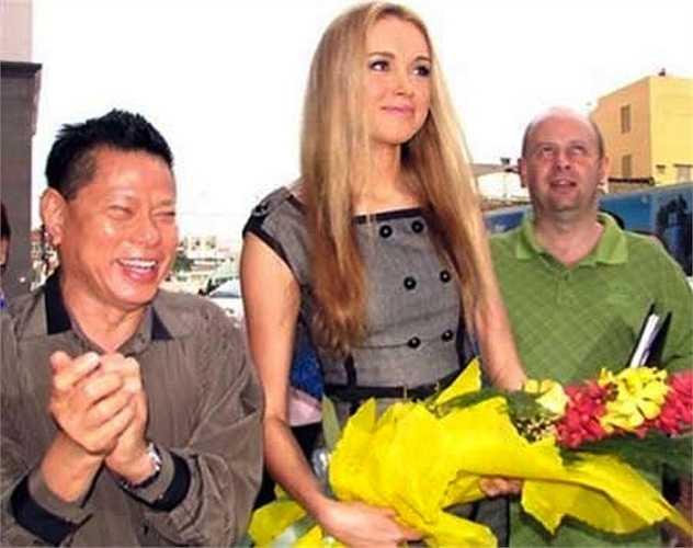 Ông Hoàng Kiều vui mừng chào đón HHTG 2008 Ksenia Sukhinova.