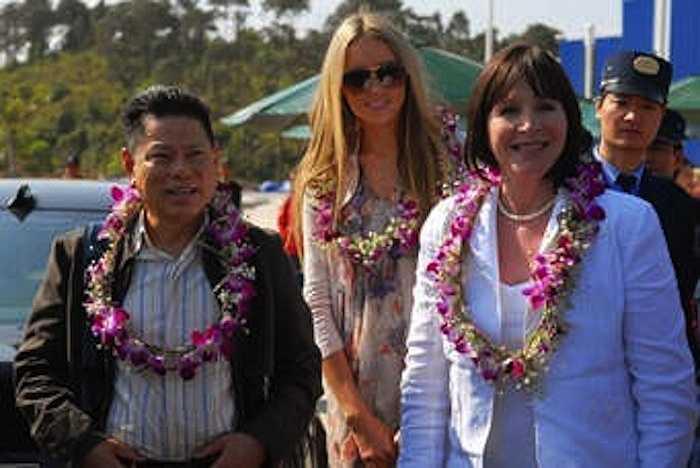 Ông Hoàng Kiều trong chuyến thăm quan địa điểm dự kiến tổ chức Hoa hậu Thế giới 2010.