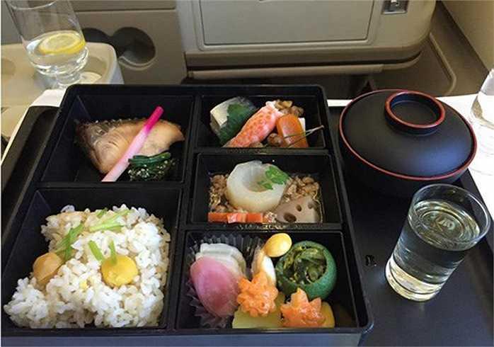 Món ăn trên máy bay của hành khách khoang hạng nhất thuộc hãng Singapore Airlines.
