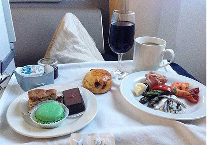 Thực đơn ăn nhẹ buổi chiều trên khoang hạng nhất hãng British Airways.