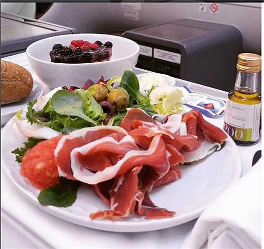 Món ăn hấp dẫn trên khoang thương gia của hãng LAN Airlines (Chile).