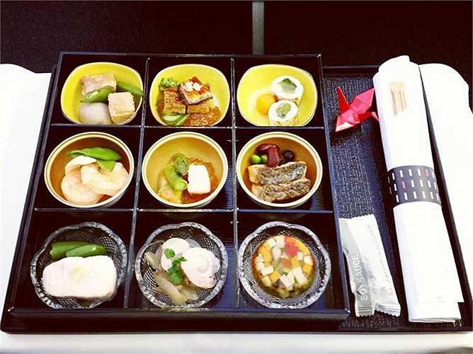 Thực đơn 9 món trên khoang hạng nhất của hãng hàng không Japan Airlines.