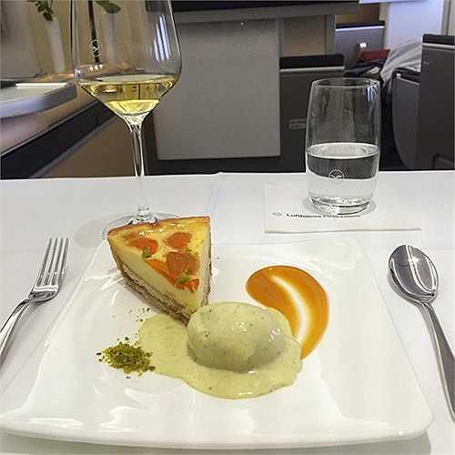 Hãng Lufthansa (Đức) cung cấp thực đơn tráng miệng trên khoang hạng nhất rất phong phú và đa dạng.