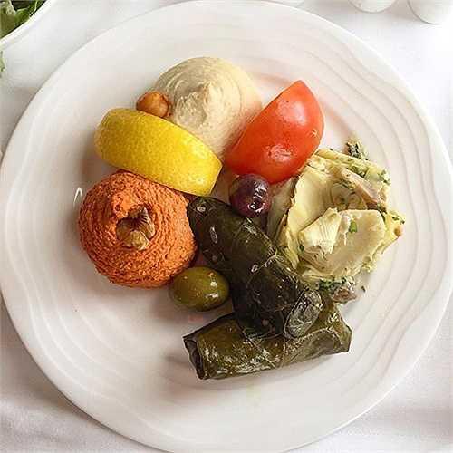 Món ăn truyền thống trên chuyến bay từ Dubai đến Hong Kong của hãng Emirates.