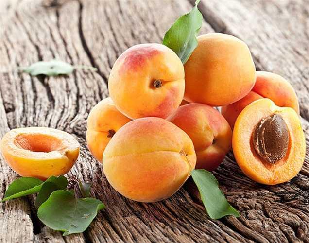 Hạt đào và hạt mơ độc hại khi ăn. Những loại hạt trái cây này có chứa hydrogen cyanide được gọi là axit prussic rất có hại cho cơ thể.