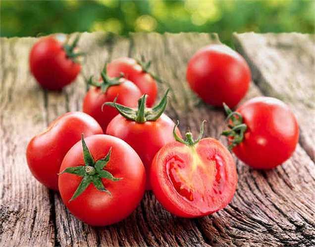 Cà chua: là loại quả được tiêu thụ rộng rãi. Nhưng lá và thân của cây cà chua có chứa một chất hóa học gọi là glycoalkaloid là một chất độc. Nếu ai đó ăn phải lá hoặc thân nó sẽ gây ra căng thẳng cực độ và rối loạn hệ tiêu hóa dẫn đến tử vong
