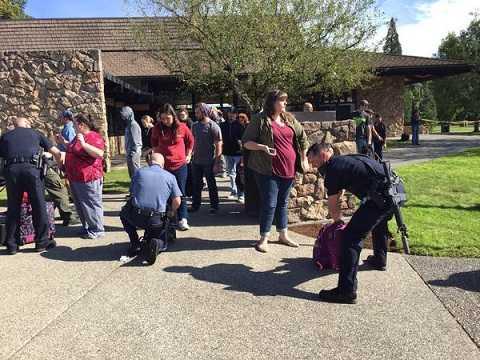 Cảnh sát kiểm tra túi xách của sinh viên trường Umpqua