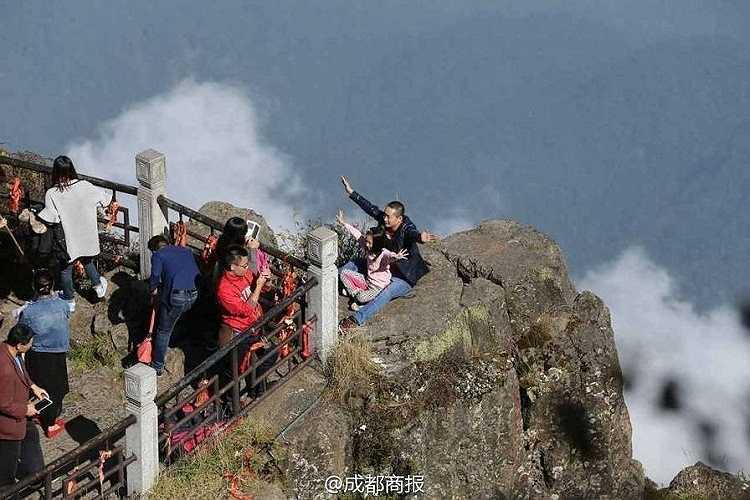 Có người còn đưa cả trẻ em ra đứng ở mỏm núi chênh vênh để có một tấm ảnh đẹp.