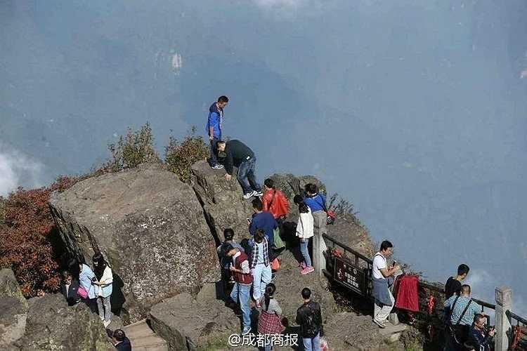 Leo lên một mỏm núi cao hơn để chụp ảnh.