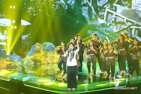 Nhã Thy của đội Cẩm Ly thể hiện liênkhúc 'Gần lắm Trường Sa – Cô gái mở đường'. Hồ Hoài Anh khen cô bé ngày càng tiến bộ trong phong cách biểu diễn và giọng hát.