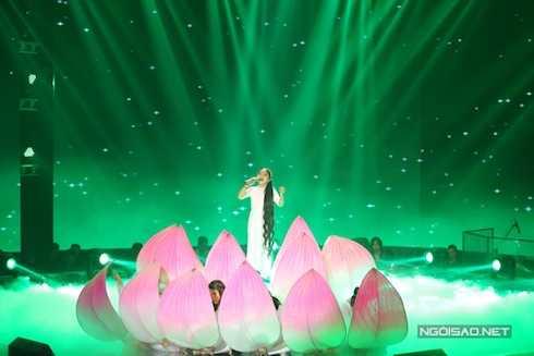 Hồng Minh của đội Hồ Hoài Anh – Lưu Hương Giang dịu dàng trong ca khúc 'Tiếng đàn bầu'.